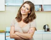Vrouw in keuken — Stockfoto