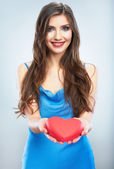Smiling woman holding red heart — Foto Stock