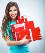 Femme tenant la boîte-cadeau — Photo