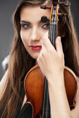 Portrait of woman holding violin — Stockfoto
