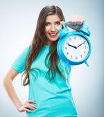 Sorridente donna tenere orologio — Foto Stock