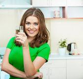 在厨房里的女人 — 图库照片