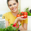 Woman cooking vegetables — Stockfoto