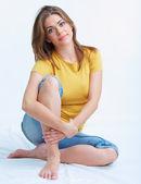 Donna seduta sul pavimento — Foto Stock