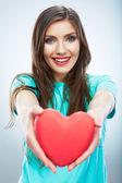 Mulher segura coração vermelho — Fotografia Stock