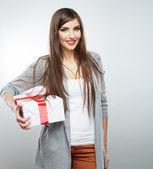 Frau halten geschenk — Stockfoto
