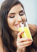 Kvinna håll juice glas — Stockfoto
