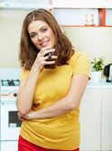 Femme dans la cuisine — Photo