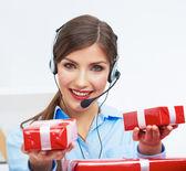 Lachende operator met doos van de gift — Stockfoto