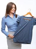 женщина держать повседневная одежда — Стоковое фото