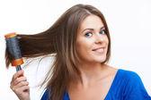 女人梳长长的头发 — 图库照片