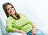 Kadın model beyaz sandalye rahatlatıcı. — Stok fotoğraf