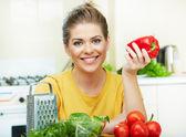 Mujer cocinar verduras — Foto de Stock