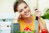 烹调健康食物的女人 — 图库照片