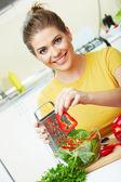 Mujer en cocina — Foto de Stock