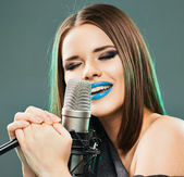Young woman sing — Stock Photo