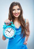 Leende kvinna håll klocka. — Stockfoto