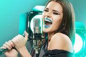 Sänger-Portrait mit Mikrofon. — Stockfoto