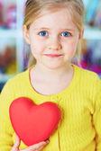 Girl holds heart — Stock Photo