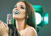 Vrouw met microfoon — Stockfoto