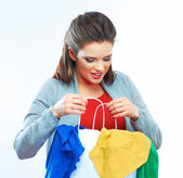 Woman holds clothes — Stockfoto