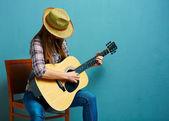 Woman playing guitar — Stock Photo