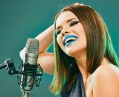 Kvinna med mikrofon — Stockfoto