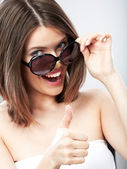 美しさの女性示す trumb アップ — ストック写真