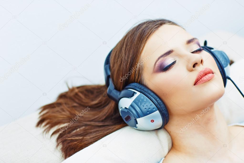 Спящая девушка дома фото 102-901