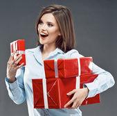 Mujer tiene cajas de regalo — Foto de Stock