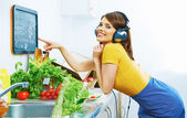 Frau in küche — Stockfoto