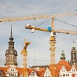 Foto Stock: Cranes and rooftops