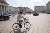 Ciclisti su strada a bruxelles — Foto Stock