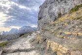 Szlak wzdłuż wzgórzu. hdr — Zdjęcie stockowe