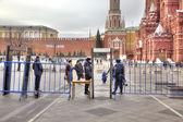 Stad van moskou. inspectie van de burgers bij de ingang aan rode sq — Stockfoto