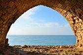 Vista del mar desde la ventana de la fortaleza de los cruzados en israel — Foto de Stock
