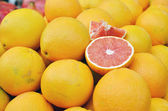 Red grapefruit on market stand — Stock Photo