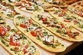 Pagnotte con pomodoro, verdure e formaggio — Foto Stock