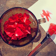 Foto Stock: Borrow colors of nature: rose petals in bowl and paint o