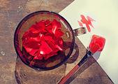брать цвета природы: лепестки в миску и краска o розы — Стоковое фото