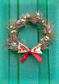 Christmas wreath on a green door. Stylization of antique photogr — Photo