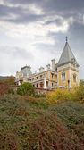 Palacio massandra, la opinión de otoño. ucrania, crimea. — Foto de Stock