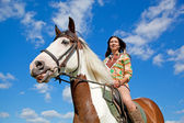 A young girl dressed as an Indian rides a paint horse. Focus on — Stock Photo