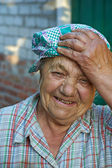 äldre skrattar kvinna i arbetskläder. bryta efter jobbet — Stockfoto