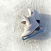Pattini delle donne bianche. astratto su un tema di sport invernali — Foto Stock