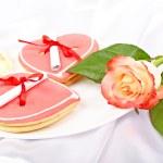 hartvormige koekjes met notities en rose. aangename verrassing voor — Stockfoto #42464697
