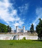 The White Swan palace on sky background. Sharovka, Ukraine. — Stock Photo