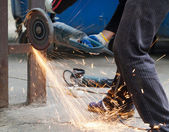 Wroker elemento industrial metal de corte — Foto de Stock