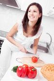 Mujer haciendo la ensalada — Foto de Stock