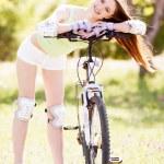 骑自行车的女人 — 图库照片